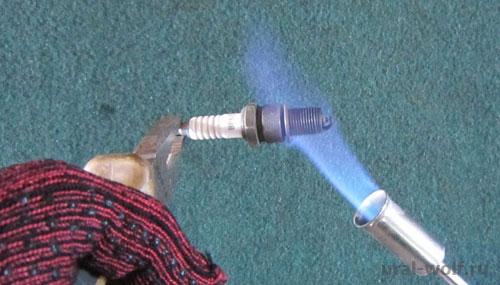 прокаливаем свечу зажигания на газовой горелке